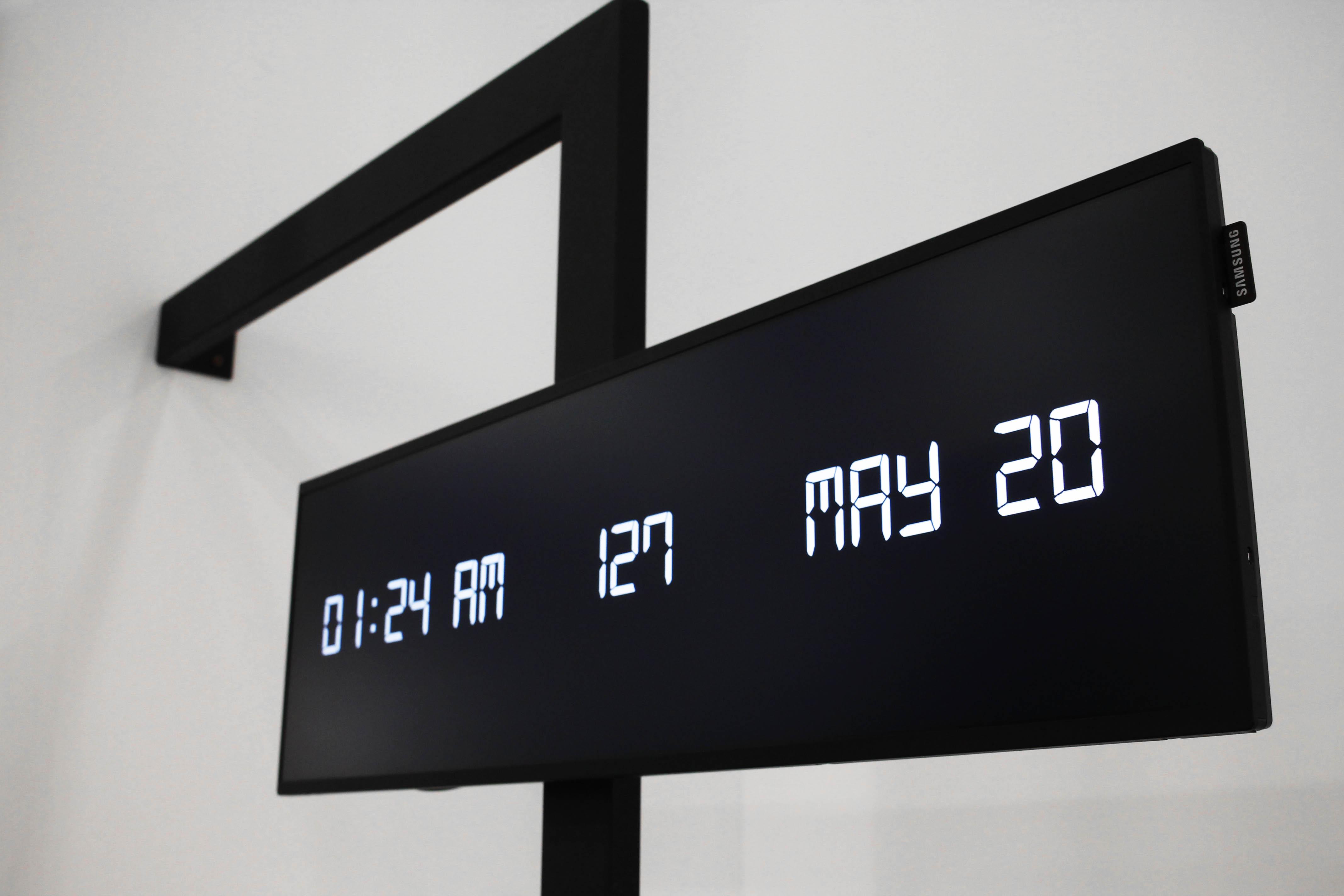 """Dettaglio 2016, 2017, monitor smart signage Samsung SH37F 37"""", cavo alimentazione, ferro zincato con verniciatura a polvere, 220 x 155 x 6,5 cm. ph. Elena Genco"""